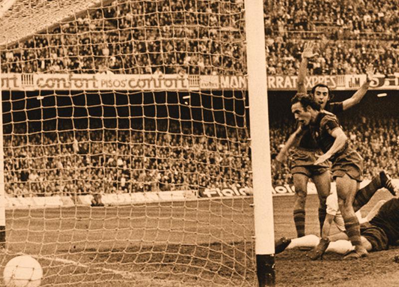 Clares marca y Asensi celebra el gol.